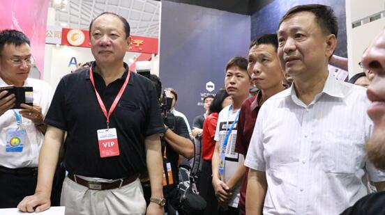 海南省政协副主席科技厅厅长史贻云、中国科促会理事长惠小兵在2018年海南创博会巡展