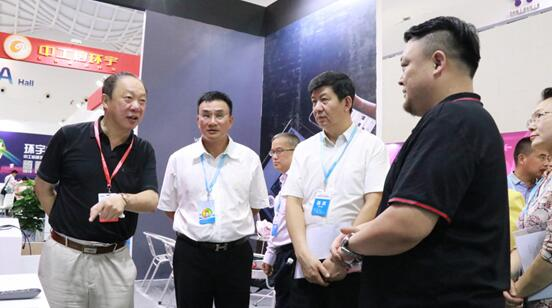 中国科促会理事长惠小兵、顾问李卫平在2018年海南创博会巡展